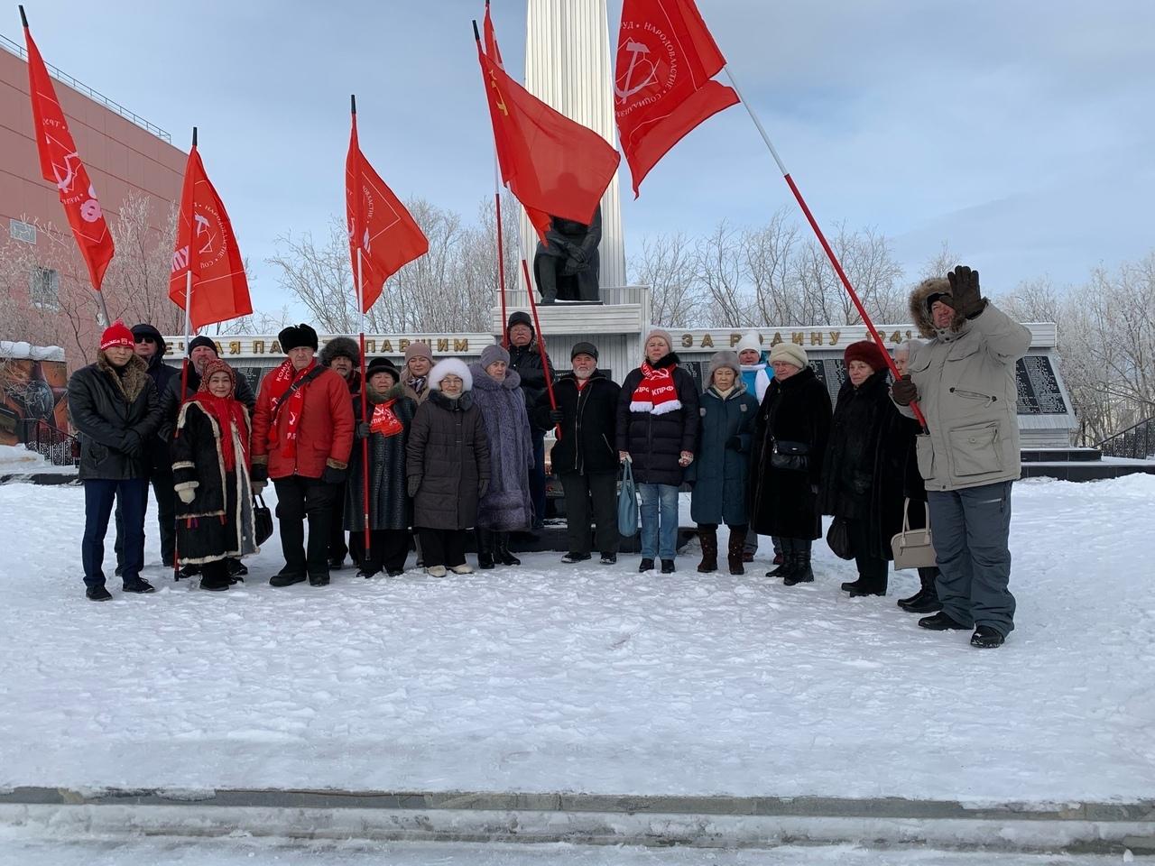 В Салехарде прошел пикет в честь Дня Советской Армии и Военно-Морского Флота
