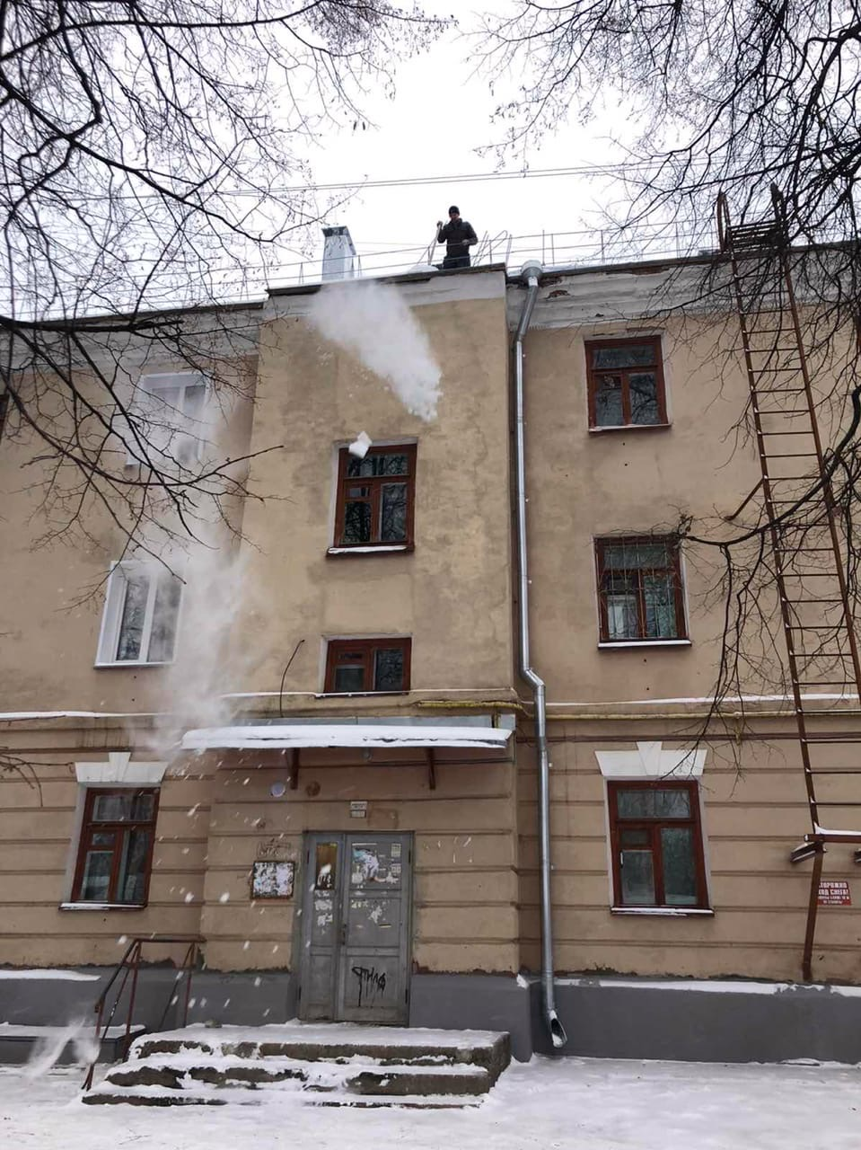 Улица Большева дом 15 чистка периметра кровли
