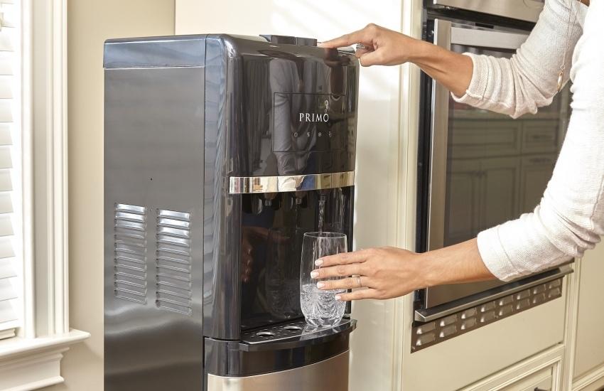 Кулер для воды на кухне.