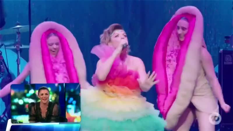 Ничего необычного просто в эфире австралийского телеканала Channel 10 восхищаются танцем людей в костюмах вульв