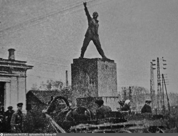 Вот какой экспрессивный памятник Ленину стоял на привокзальной площади в Мытищах в 1931-1935 годах