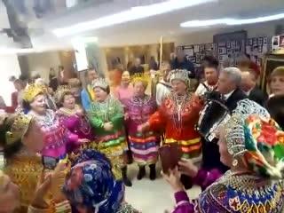 Мэр Саранска играет на гармони на фестивале Шумбрат, Мордовия