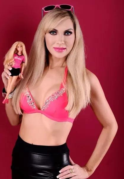 Старейшая «живая Барби» потратила больше 3 млн рублей на пластику, чтобы быть похожей на любимую куклу