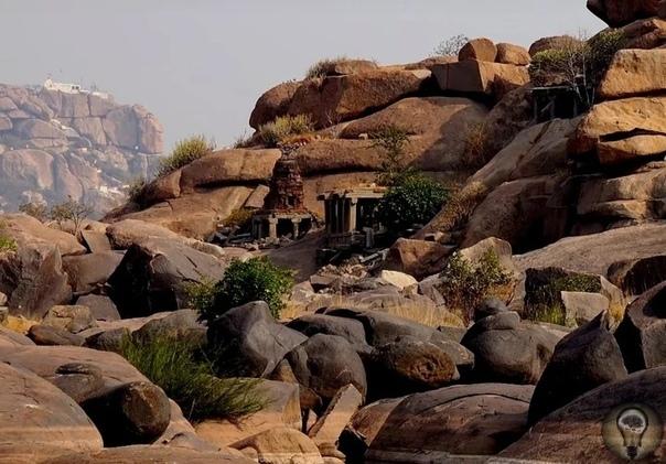 Удивительные мегалиты на месте древней и величественной столицы Виджаянагарской империи Небольшое селение Хампи по количеству древних памятников и таинственных мегалитов способно дать фору более