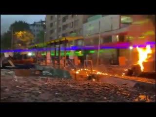 Протестующие в Чили используют мощные лазеры, чтобы ослепить полицию. Выглядит как адский рейв!