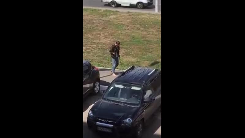Испинал собаку Уфимский живодёр мучил свою собаку прямо на улицах города он душил её поводом и пинал Видео было опубликовано