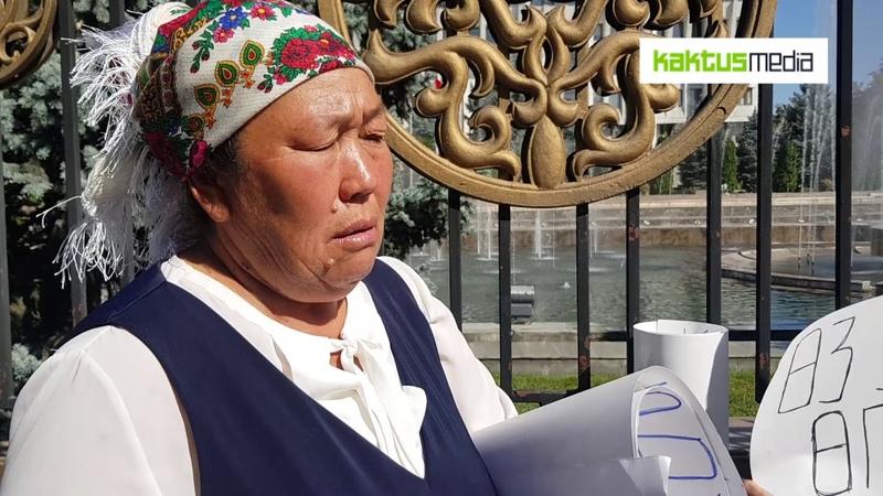 В Бишкеке у Белого дома женщины грозились сжечь себя