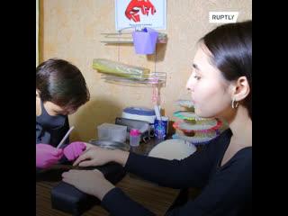 13-летний мастер маникюра из Казахстана зарабатывает деньги на лечение младшего брата