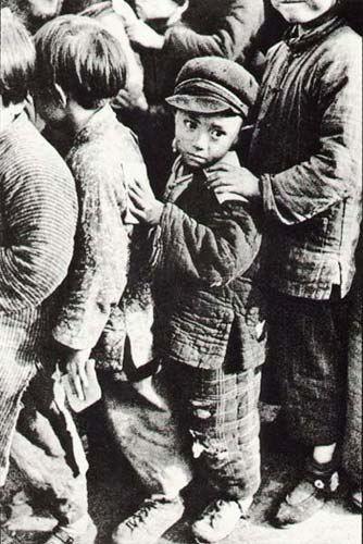СТРАДАНИЕ ВО ВЗГЛЯДЕ В период с зимы 1948 по весну 1949, Генри Картье Брессон побывал со своей камерой в Пекине, Шанхае и других городах. Эта фотография сделана в Нанкине. На фото изображена