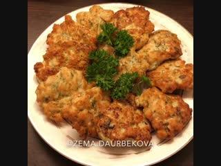 Куриные котлетки с сыром и зеленью (ингредиенты указаны в описании видео)