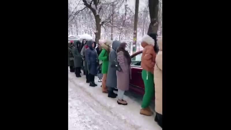Красота требует жертв Девчонки сегодня по 40 минут стояли на морозе чтобы попасть на распродажу в шоу рум в центре города