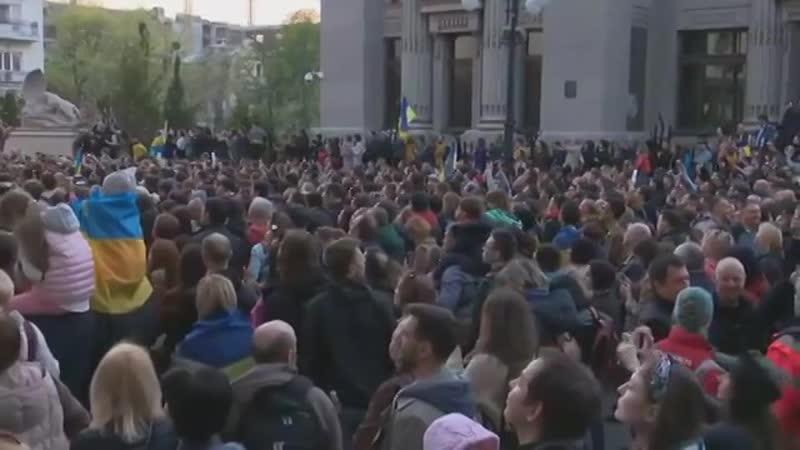 тисячі людей прийшли в урядовий квартал підтримати й подякувати президенту Петру Порошенку