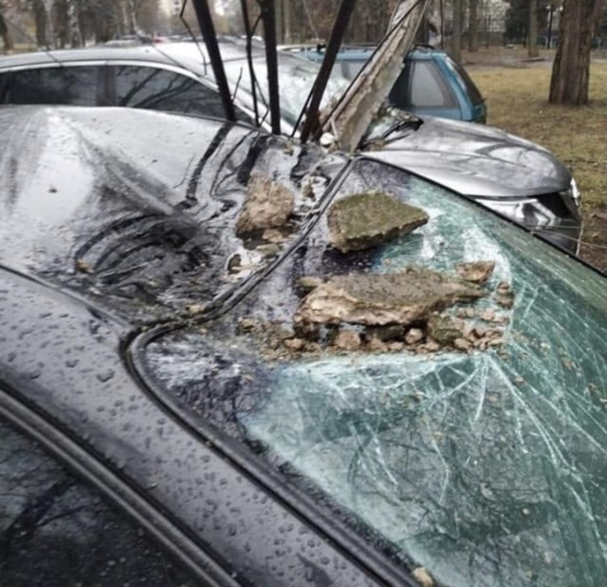 Упавший столб повредил три автомобиля.