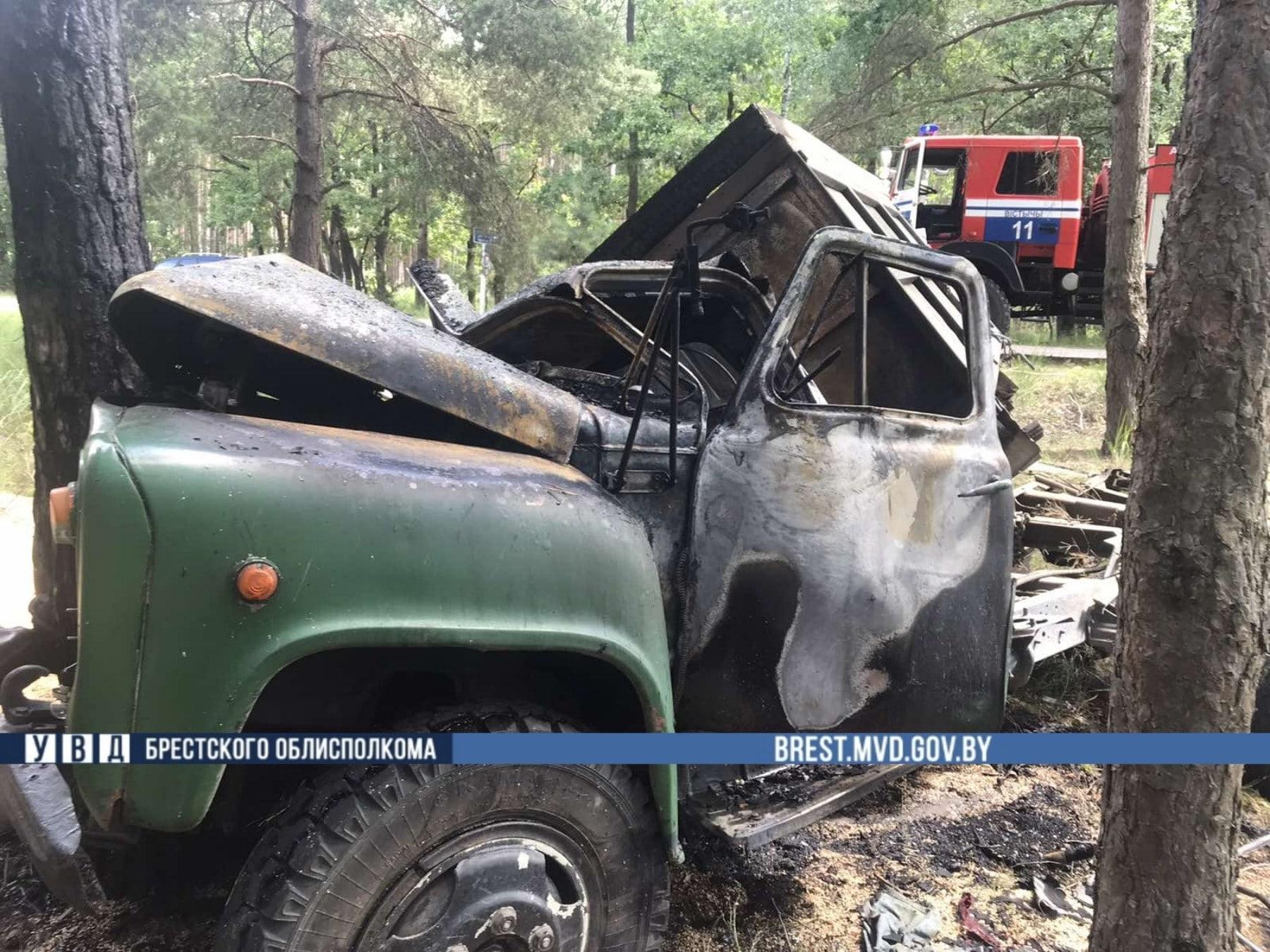 Между деревнями Шумаки и Скоки столкнулись легковушка и грузовик: дошло до возгорания
