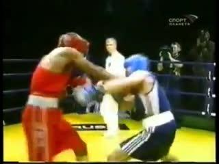 Артур Бетербиев отправляет в жесткий нокаут американца в любительском боксе.