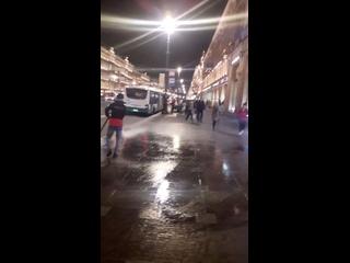 Мойщики улиц в Петербурге решили сегодня позабавит...