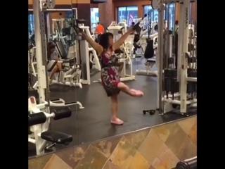 Красивая девушка первый раз в зале. Супер видео шок прикол. Бодибилдинг мотивация качалка тренировки тренинг накачать спорт секс
