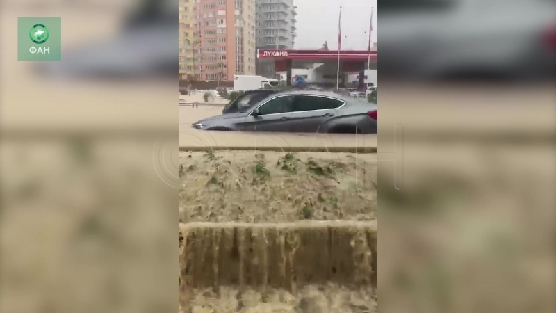 По улицам Адлера поплыли люди ФАН публикует видео