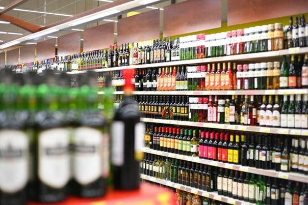 Власти Москвы закроют алкогольные магазины во врем...