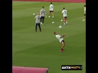 Тьяго Алькантара и Родри на тренировке сборной Испании