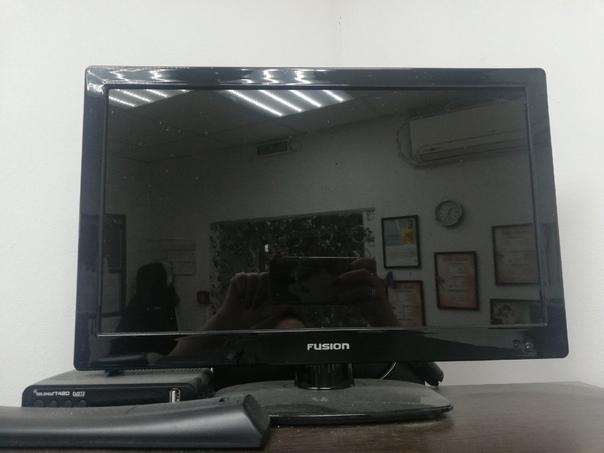 Продам телевизор (маленький) работал мало цена 300...