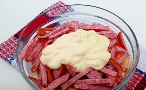Салат с сыром, морковью и копченой колбасой Чтобы приготовить такой салат, не понадобится много времени. Готовить его легко, а результат вас всегда порадует. Ингредиенты Морковь - 1 шт. Сыр