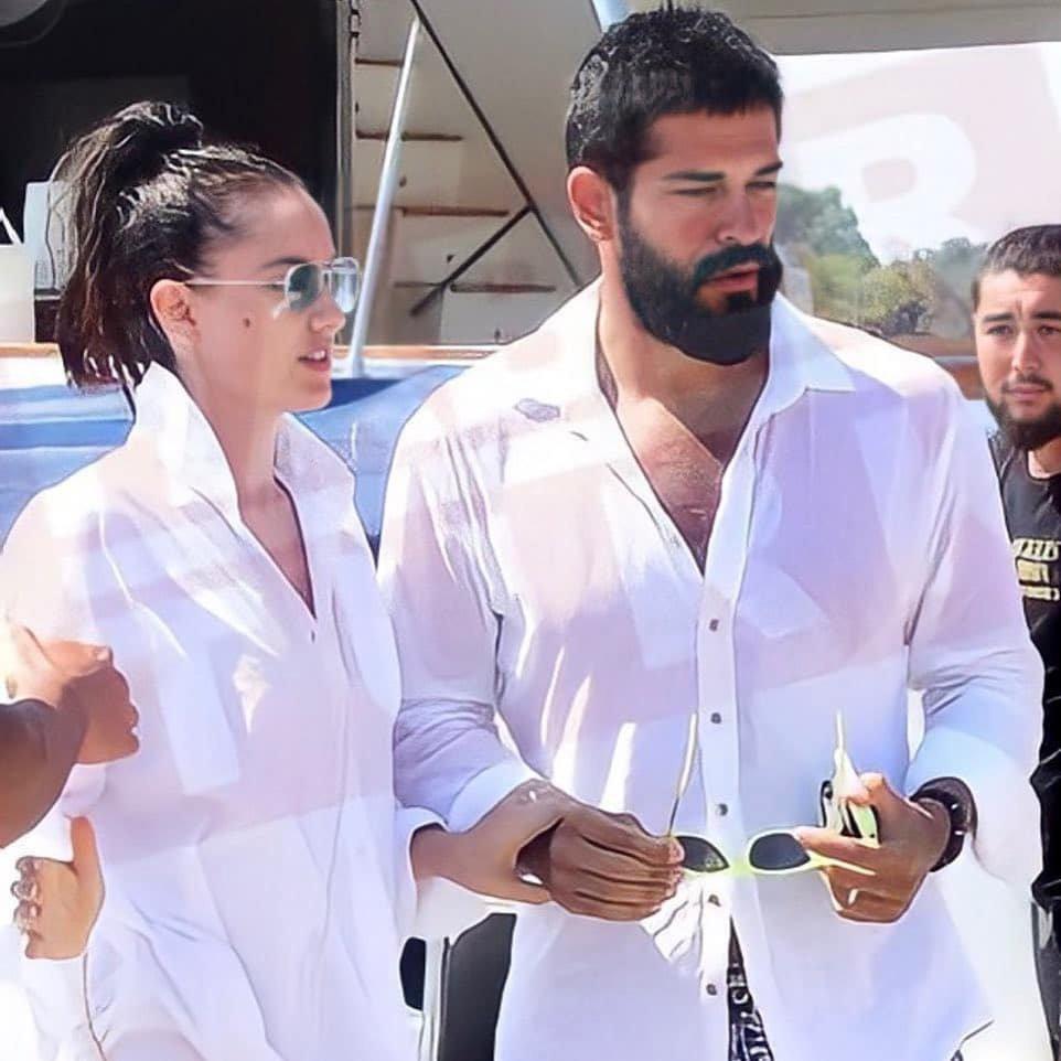 Бурак Озчивит и Фахрие Эвджен присмотрели летнюю виллу в Гюндогане за 1,5 млн турецких лир.