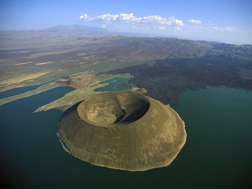 Кратер Набийотум в озере Туркана, расположенный в пределах Великой Рифтовой долины, Кения.