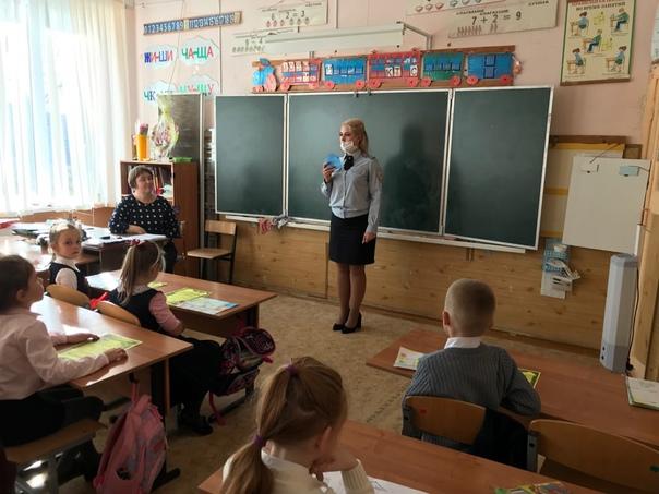 Сотрудники Госавтоинспекции беседуют со школьниками о дор...