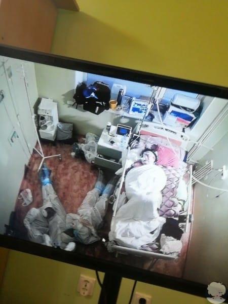 Медики всю ночь охраняли тяжелобольного пациента и спали на полу  фото, покорившее Сеть