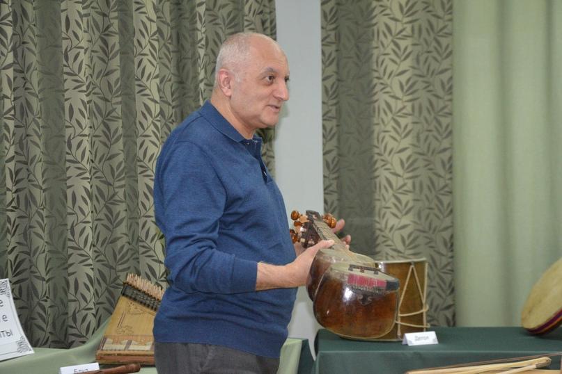 В Центральной библиотеке проходит выставка армянских народных инструментов, изображение №1