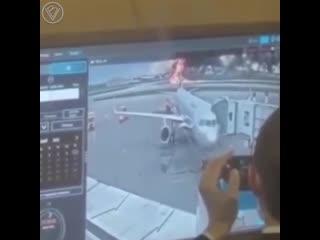 Появилось видео с реакцией сотрудников аэропорта Шереметьево на вчерашнюю аварийную посадку самолёта.