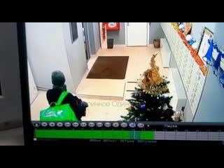 Доставщик еды ворует конфеты в подъезде в Одинцово