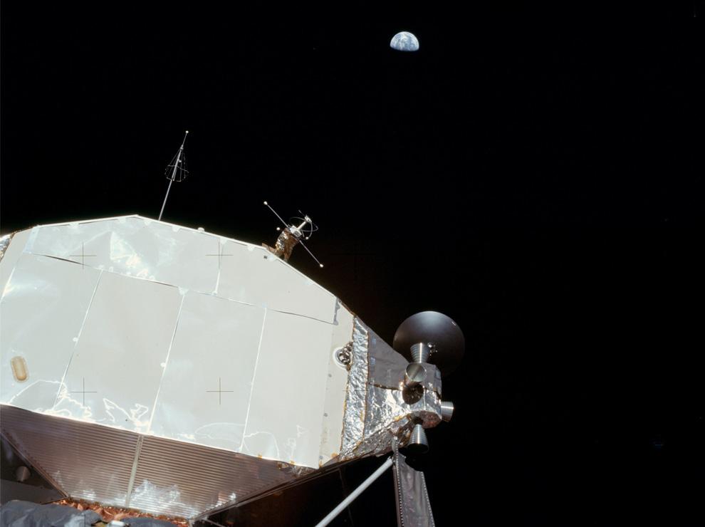 30) Вид на Землю с лунного модуля. 20 июля 1969 года. (NASA).