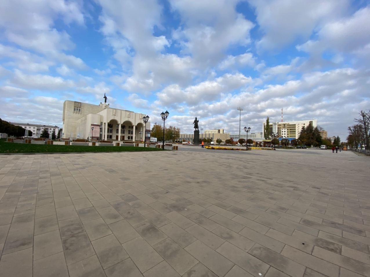 Комиссия приняла в эксплуатацию благоустроенную Театральную площадь в Курске