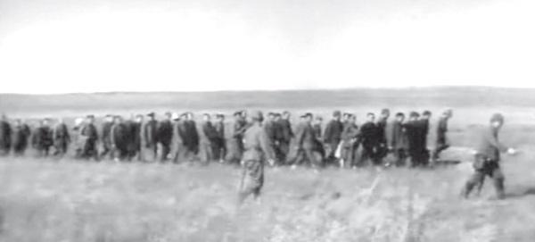 Колонна советских военнопленных направляется в пункт обмена пленных. 27 сентября 1939 года.