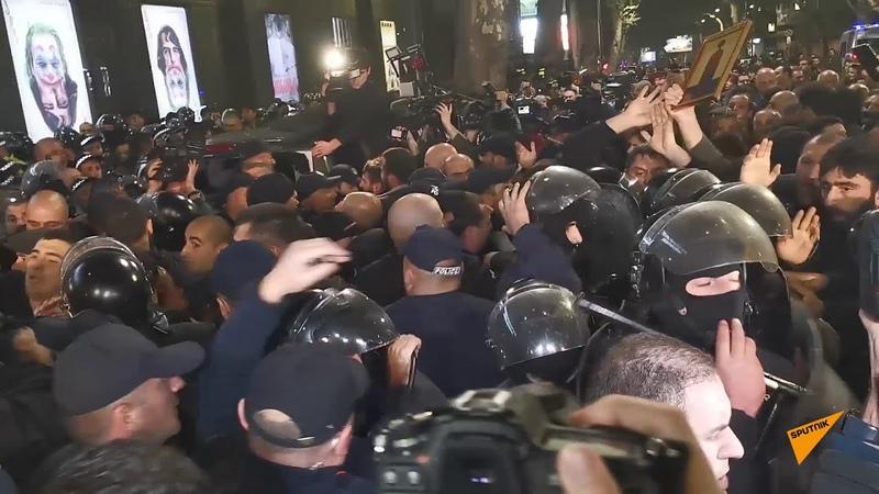 Протест против премьеры фильма А потом мы танцевали у кинотеатра Амирани