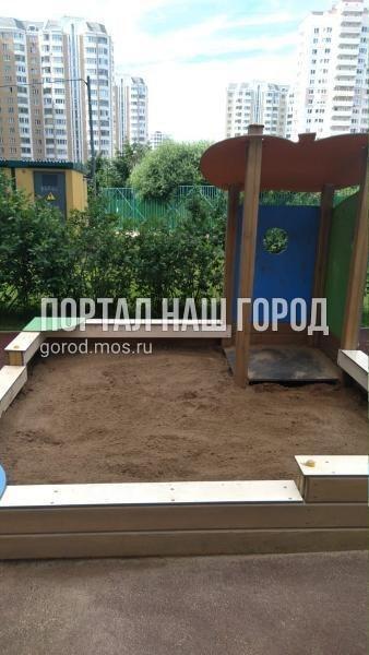 Ответственные службы завезли песок в песочницу на проспекте Защитников Москвы
