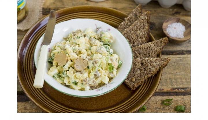 Салат с маринованными грибами и яйцами, изображение №3