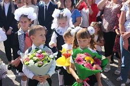 Праздник, который дорог каждому. Руководители района поздравили жителей с 1 сентября